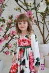 Яскрава сукня в квіти