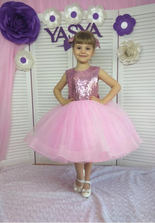 Рожева сукня з паєтками