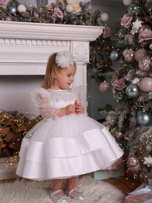 Біла сукня в горошок.