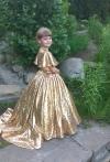 Сукня з  золотих паєток зі шлейфом