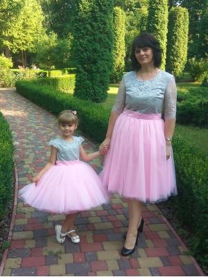 Сукні святкові Яліна для мами і донечки в сіро-рожевому кольорі